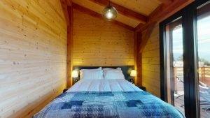 Schlafzimmer 2 mit Doppelbett und Bergblick