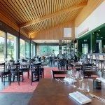 wood Sitzgelegenheiten in der Restaurantbar